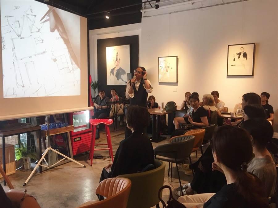 國際知名插畫家Gary Tu返鄉舉行新書發表會,現場湧入許多苗栗鄉親欣賞大師與名牌精品合作的作品。(巫靜婷攝)