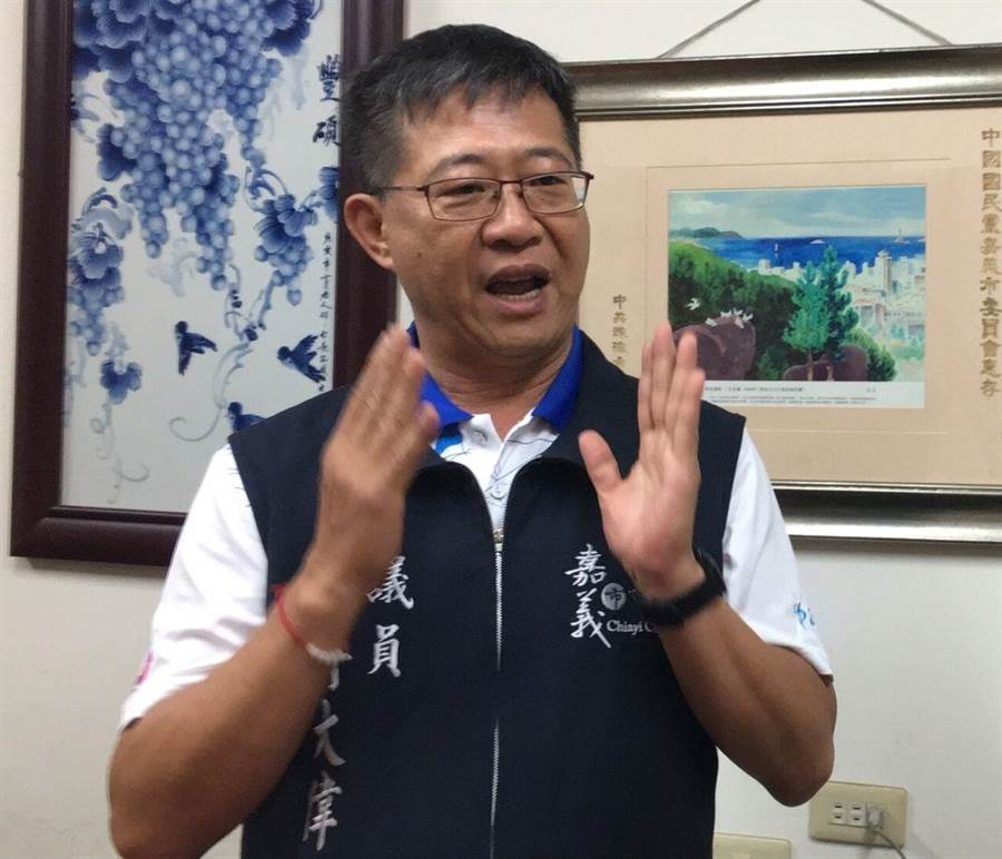 嘉義市議員傅大偉搶頭香,完成登記參選國民黨立委初選。(廖素慧攝)