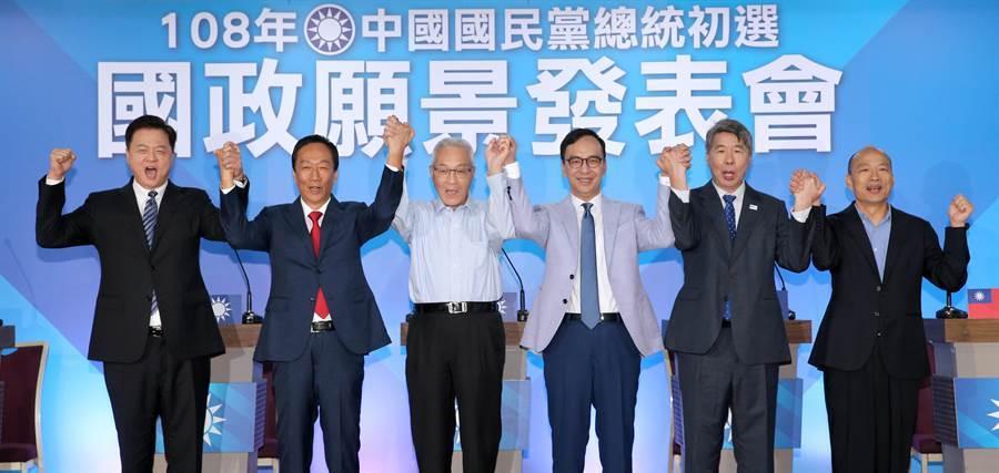 國民黨總統初選第3場國政願景發表會3日在台北舉行,黨主席吳敦義(左三)與參選人韓國瑜(右起)、張亞中、朱立倫、郭台銘、周錫瑋一同牽手高喊「國民黨加油」。