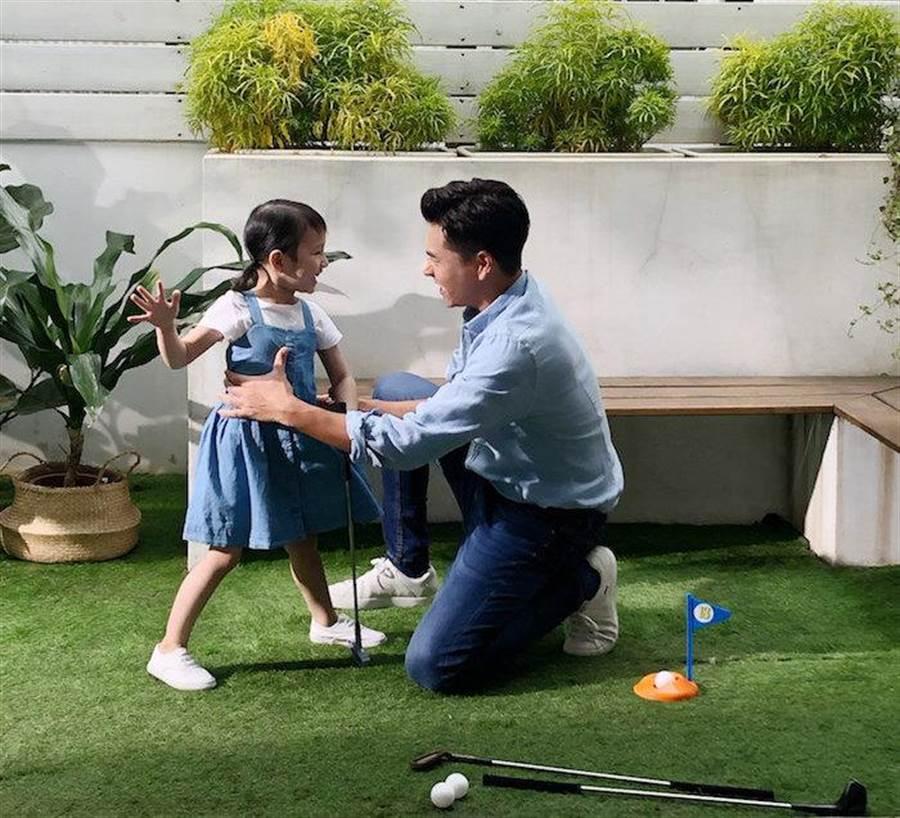 王傳一在廣告中和小童星互動。嚞娛樂提供