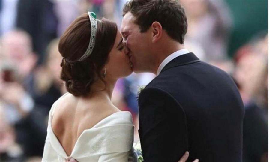 英國女王伊莉莎白二世的28歲孫女尤金妮公主(Princess Eugenie)結婚當天,一襲背部鏤空的白婚紗,露出她從頸部延伸到背部的長長疤痕。(圖/Princess Eugenie IG)