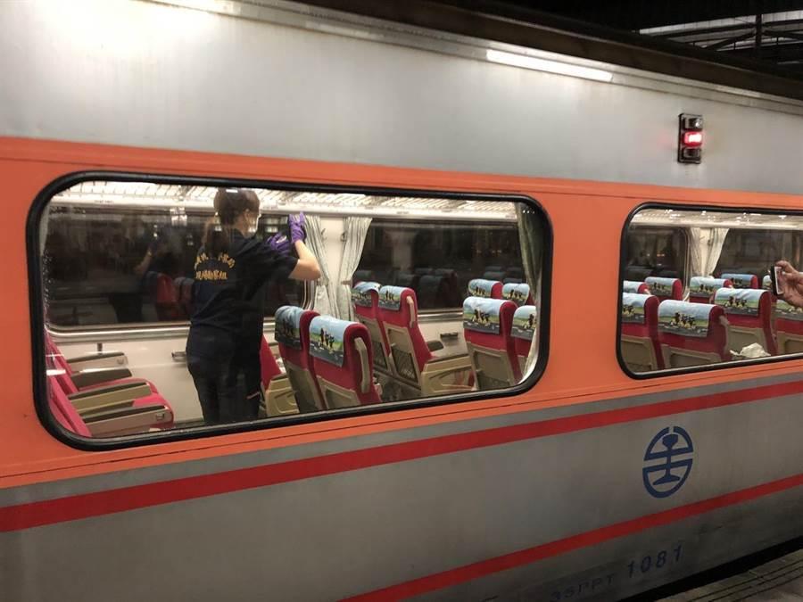 自強號車廂發生乘客持刀刺傷鐵路警察,警方現場採證。(廖素慧翻攝)