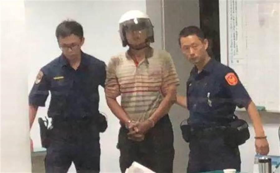 刺傷鐵路警察的鄭嫌被警方逮捕。(廖素慧翻攝)