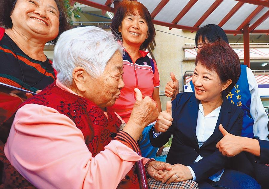 台中市長盧秀燕(右)兌現承諾,從7月1日起恢復老人健保補助,全市26萬名長輩受惠。(盧金足攝)