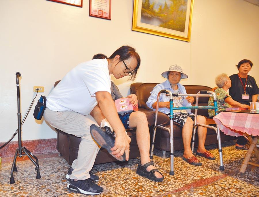 崙背鄉大有家托站的負責人許女士(左一)可以一邊照顧生病的先生(左二),一邊照顧兩名長者,得以有經濟來源。    (周麗蘭攝)