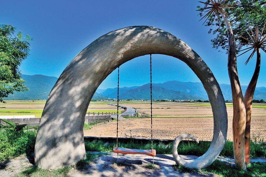 漂鳥197-縱谷大地藝術季中,位於池上天堂路口的「自然療癒」是台灣藝術家撒部‧噶照作品。                                    (莊哲權攝)