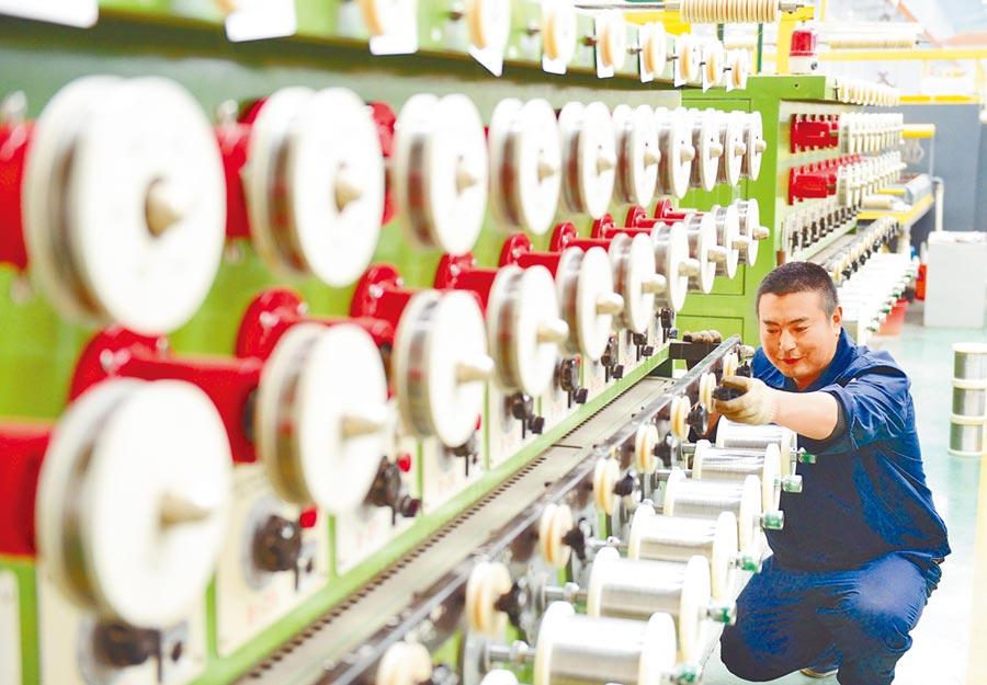 大陸經濟面臨新的下行壓力。圖為河北工人作業。(新華社資料照片)