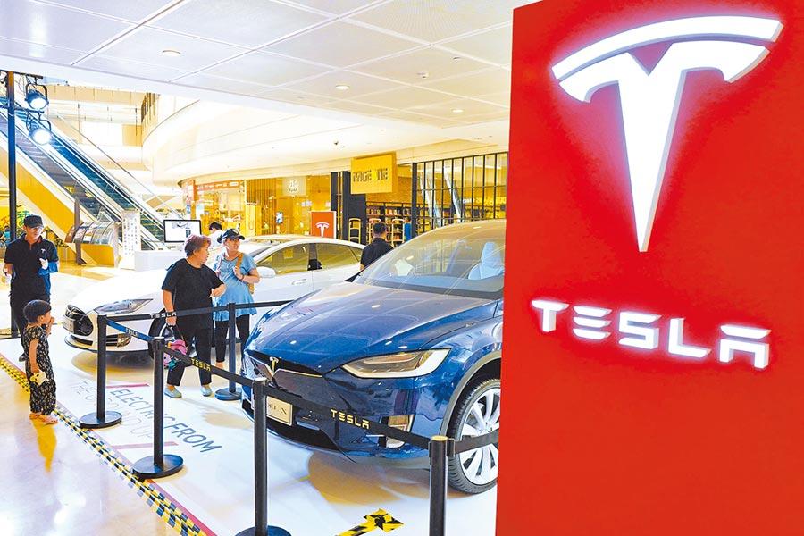 特斯拉在大陸獨資工廠落戶上海。圖為北京一處購物中心展示特斯拉車款。(中新社資料照片)