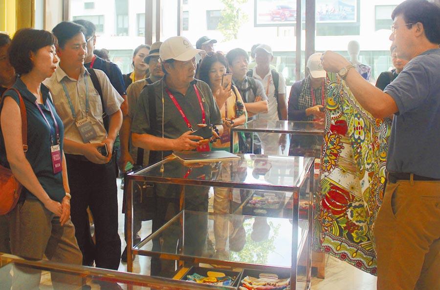 2018年8月15日,「情繫錢塘──兩岸文化聯誼行」,台灣嘉賓在杭州創意設計中心的絲綢店參訪。(中新社)