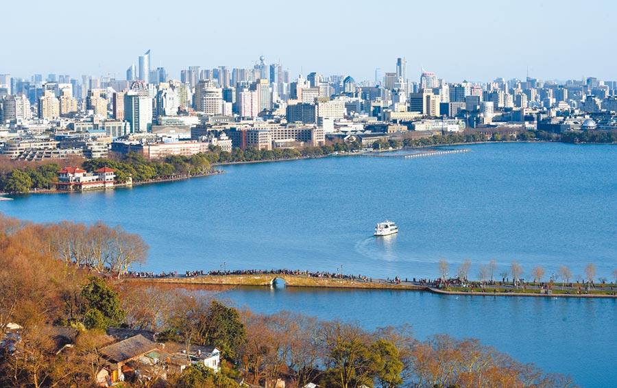 俯瞰杭州西湖。(新華社資料照片)