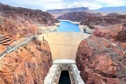 這座水壩無引力?向下倒水卻往上飛