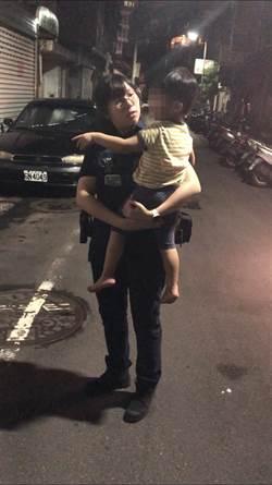 3歲童溜出門迷路 警沿戶找父母