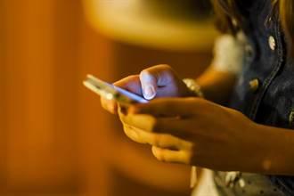 常熬夜玩手機 少年突發瘋撞牆「智力退成嬰兒」
