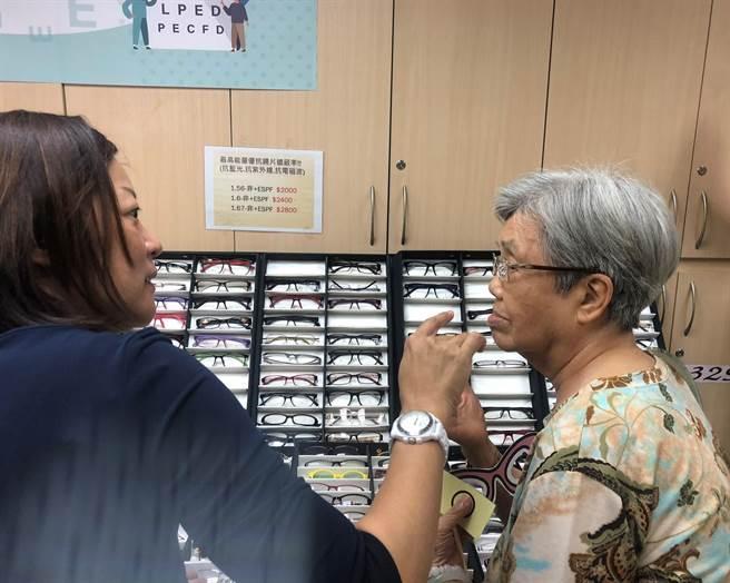 北市社會局攜手愛心企業推動「眼鏡有愛-閱讀無礙」計畫,針對北市7處公辦民營老人機構,提供視力篩檢與驗配老花眼鏡的優惠服務。(吳堂靖攝)