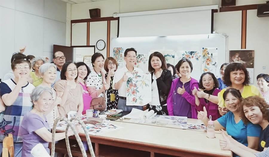 台中市社會局長李允傑(中)鼓勵長者活到老,學到老,秉持「終身學習」精神,打造老少共好幸福城市。(盧金足攝)
