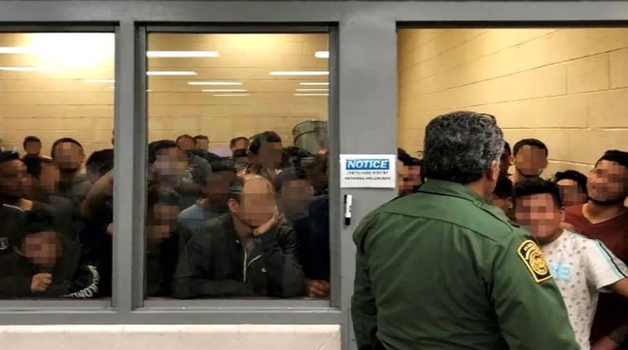 美國國土安全部2日公布驚人報告與畫面,顯示美墨邊界移民拘留中心超收移民,導致人滿為患、衛生條件糟糕。上圖顯示這間房間原本僅能容納41人,最後卻滯留了88名成年男性,明顯超收1倍。(圖/路透社、國土安全部)