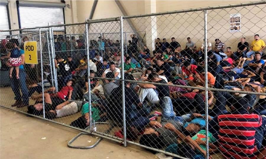 邊界移民拘留中心的房間像鐵籠,設備簡陋,加上人數過多,移民能伸展的空間有限。(圖/路透社、國土安全部)