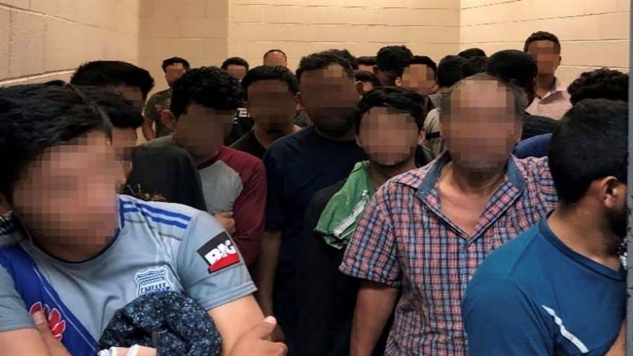 移民拘留中心的房間空間有限、人數過多,就算全部站著也嫌擁擠。(圖/路透社、國土安全部)