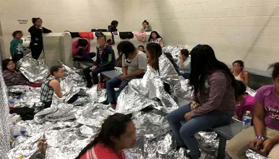 移民住在鐵籠般的拘留中心,設備簡陋,睡覺時僅能以緊急戶外求生毯披蓋。(圖/路透社、國土安全部)