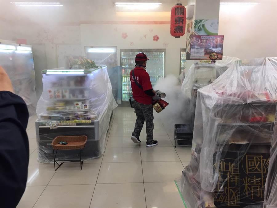 台南市今天未新增登革熱病例,今天重點防治東菜市及周邊住戶進行噴藥。(曹婷婷翻攝)