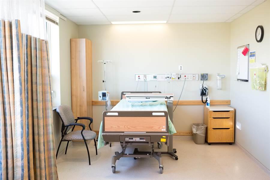 掮客牽線,讓醫師詐健保、病患詐保險。(達志影像/shutterstock提供)