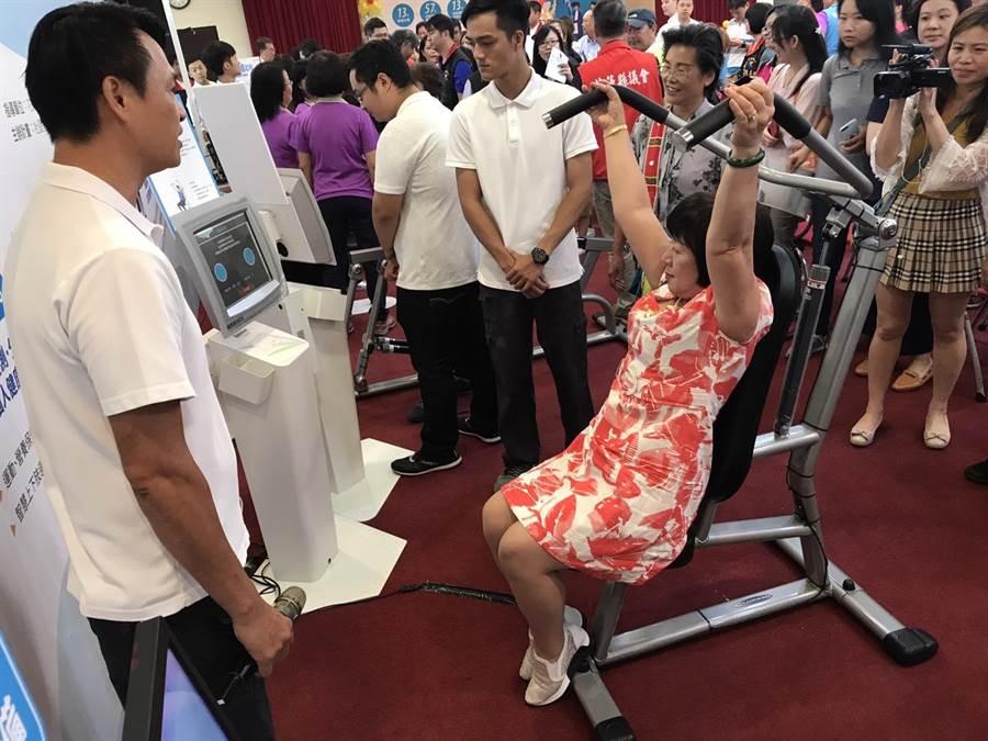 長照服務點、健康體驗據點等,皆設有1個智慧量測寶貝機設備及4種智慧運動設備,議員徐雪玉體驗上肢運動設備。(張祈攝)