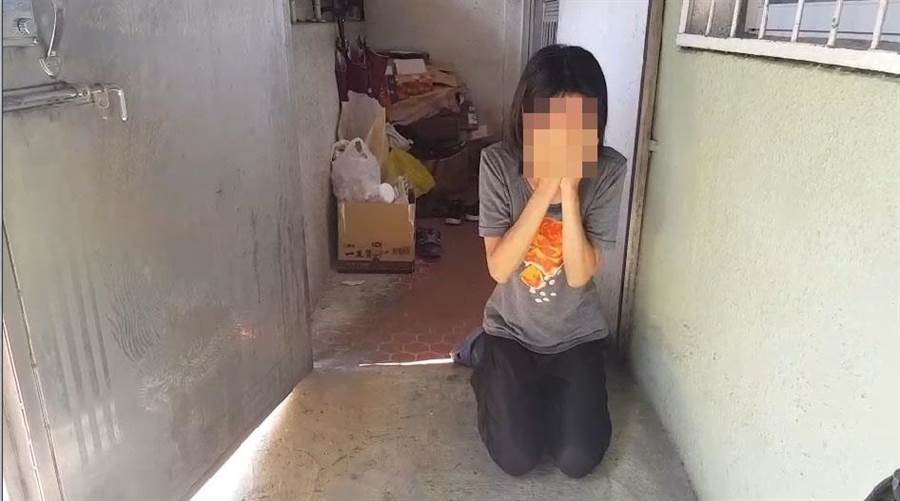 鄭妻見到媒體上門,激動下跪向殉職警察道歉。(程炳璋翻攝)