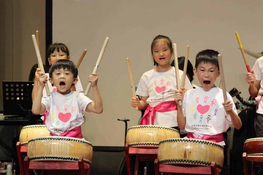 中華民國兒童慈善協會邀請74位中重度聽損兒童舉辦音樂會,他們以太鼓、木琴、烏克麗麗、爵士鼓等樂器演奏14首曲目,吸引全場爆滿的聽眾到場欣賞。(兒慈提供)