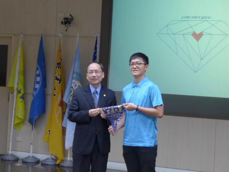 東海大學校長王茂駿(左起)代表授旗給「十破天驚‧你我同心」暑期夏艷聯合服務隊。(林欣儀攝)