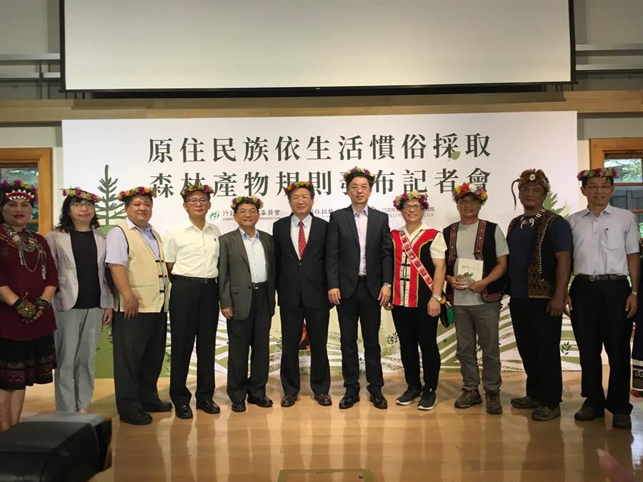 農委會林務局今(4)日會同原民會頒布《原住民族依生活慣俗採取森林產物規則》。(游昇俯攝)