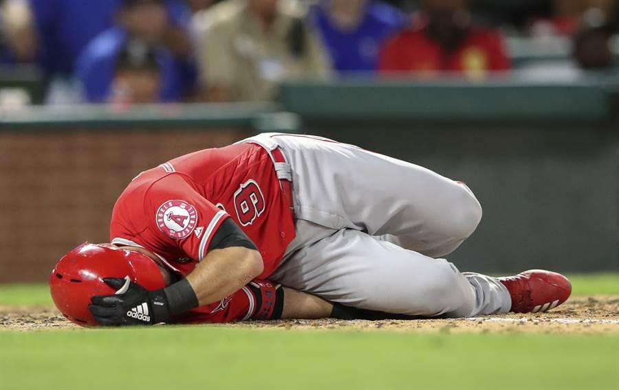 天使強棒拉史泰拉昨日遭自打球打中脛骨,確診為骨折。(路透資料照)