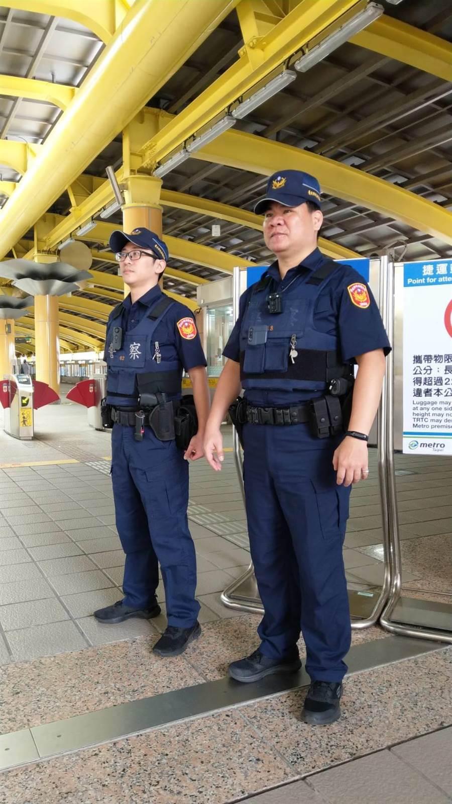 北市捷警队针对台铁员警被刺死案,已下令加派双警联巡。〔谢明俊翻摄〕