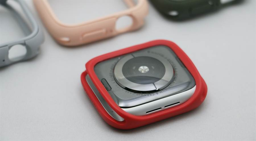 Apple Watch(Series 4)安裝上犀牛盾Apple Watch CrashGuard NX保護殼後的背面狀態。(圖/黃慧雯攝)