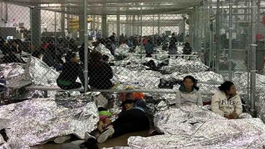 美國德州邊界移民拘留中心被爆出嚴重超收、人滿為患,移民居住在類似牢籠的房間長達1個月,多數人不能洗澡,他們大多穿著剛抵美時的衣服,僅能用濕紙巾保持清潔。(圖/路透社、國土安全部)