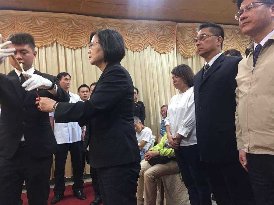 蔡英文總統今天下午3點趕到嘉義市立殯儀館弔唁殉職的鐵路警察李承翰。(張亦惠攝)