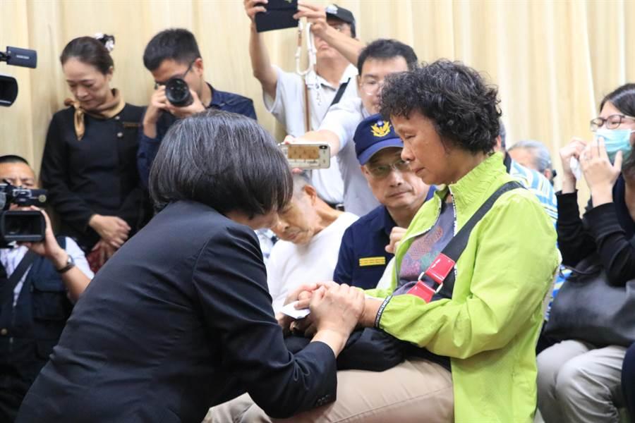 蔡英文慰問殉職警察李承翰家屬。(張亦惠攝)