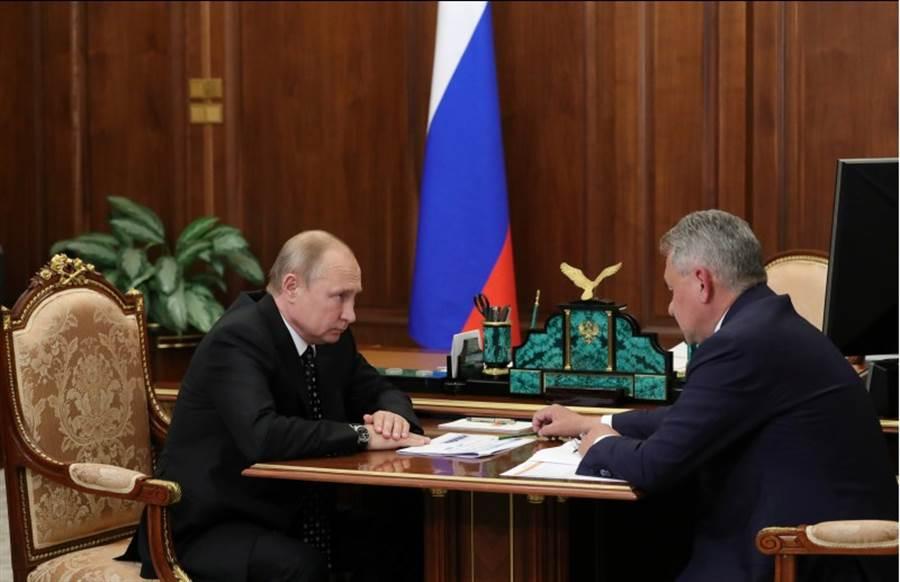 俄羅斯防長蕭依古4日在莫斯科向總統普丁報告1日的深海潛艦火災事故。(路透)