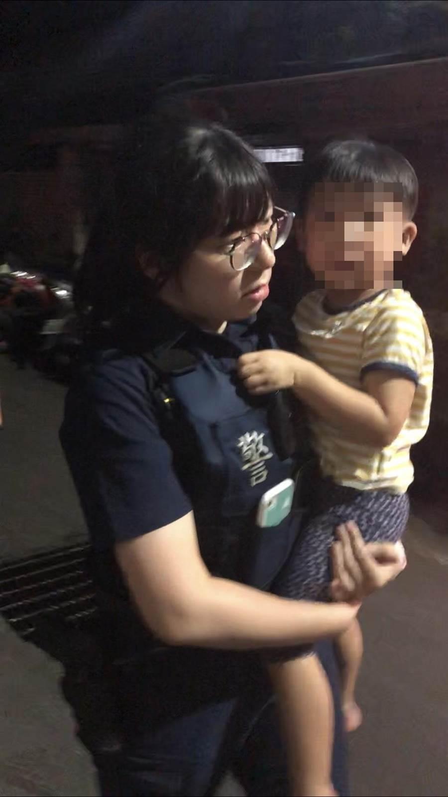3歲孩童站在路旁不停哭泣,新北市永和警分局警員挨家挨戶詢問協助孩童返家。(實習記者陳志綸翻攝)