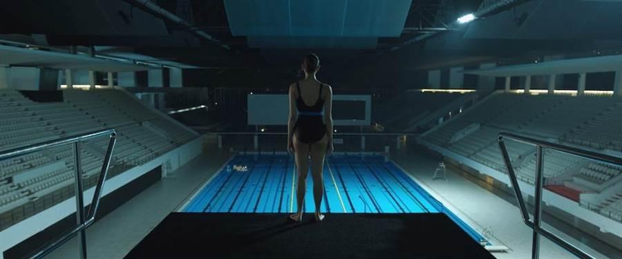 校园传说作祟,女高生半夜跳水台撞鬼。