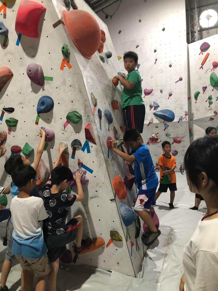為在暑期營中殺出生路,有業者特別規畫攀岩課程,藉此教導孩子自我保護。(林欣儀攝)