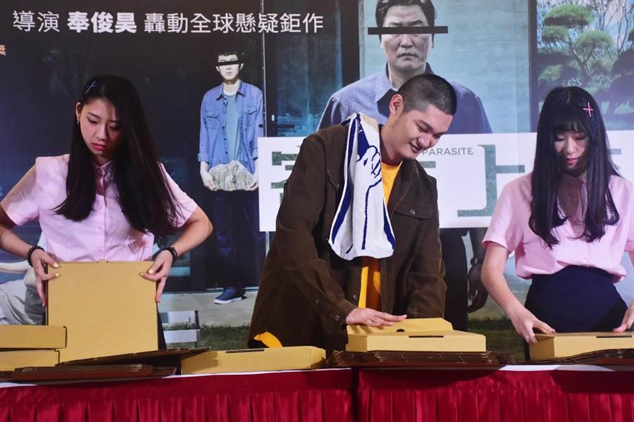 Leo王和同學們模仿電影裡折披薩盒的橋段。(CATCHPLAY提供)
