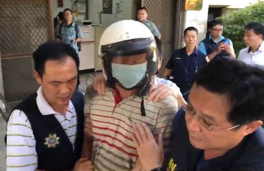 涉嫌殺鐵路警察的鄭嫌被警方移送,情緒非常激動。(廖素慧攝)
