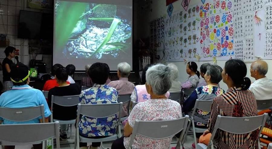 頭屋數位機會中心辦理「雜草煮茶-搜集土地的味道」課程,引起學員共鳴。(何冠嫻翻攝)