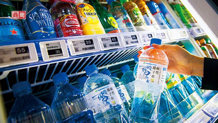 全家自有品牌瓶裝水年銷破千萬瓶,是所有瓶裝水品項中業績第一。(攝影者.郭涵羚)