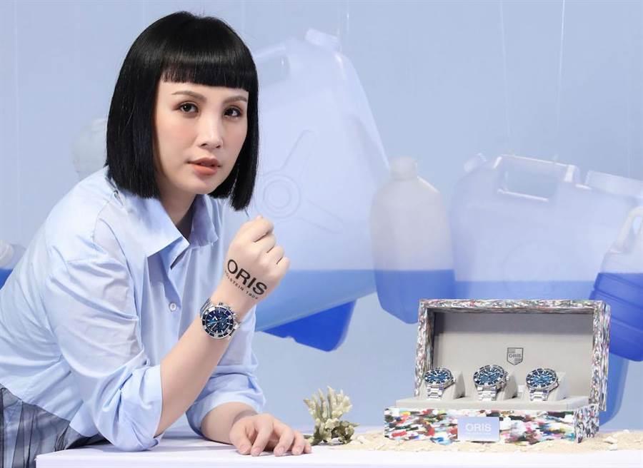 魏如萱配戴ORIS藍鯨限量表,特別喜歡手表使用回收塑料製造的點子,創意又環保。(ORIS提供)
