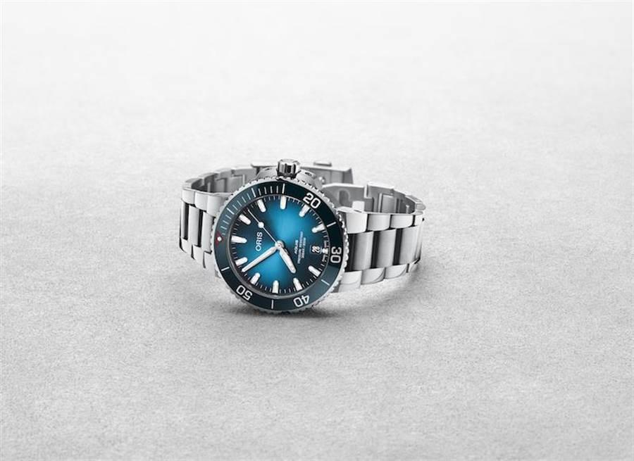 潔淨海洋限量腕表採用Aquis日期表的39.50毫米不銹鋼表殼,具有淺藍色漸層表盤,單向旋轉表圈,表背搭載由回收PET塑料製成的裝飾。全球限量2000只,售價6萬2000元。(ORIS提供)