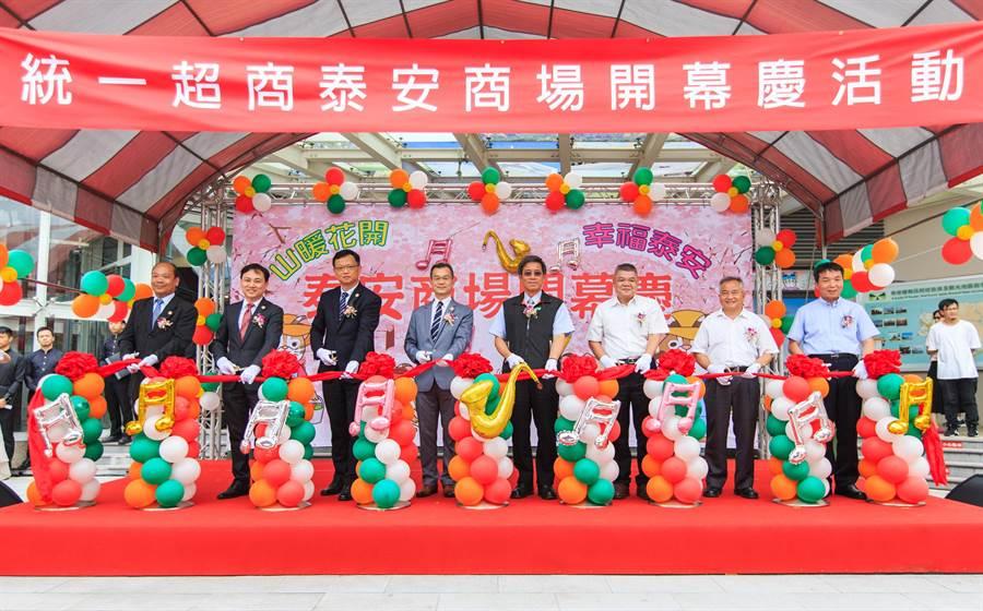 統一超商入主「泰安服務區」,高公局長趙興華(右四)出席舉辦開幕剪綵活動。(王文吉翻攝)