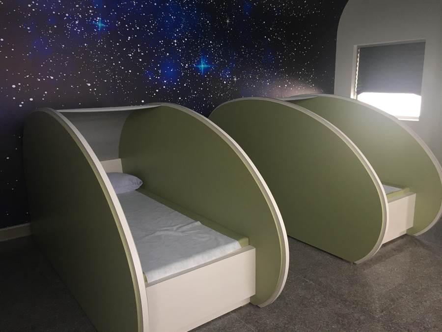 「泰安服務區」統一超商引進服務大客車駕駛人的「膠囊休息區」。(王文吉攝)