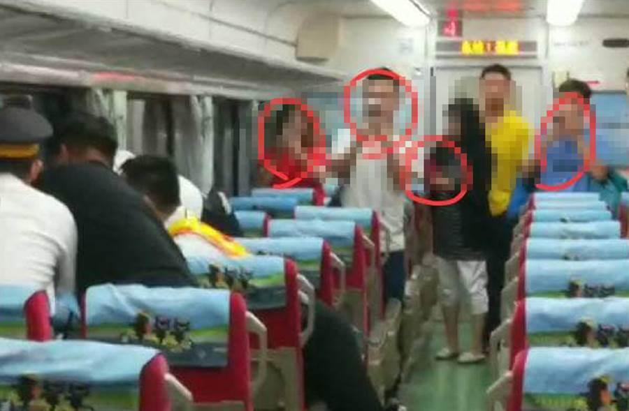 鐵路警察與站務員與失控男搏命,後方乘客被抨擊見死不救,只顧著拍照。(圖取自臉書《NPA 署長室》)