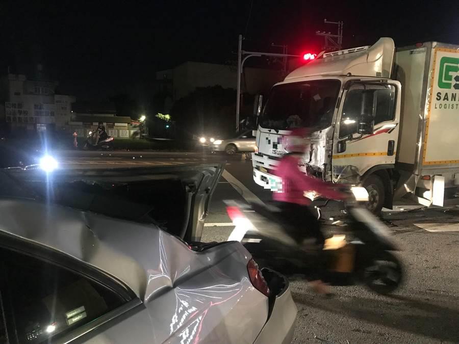 彰化縣埔心鄉中正路與興霖路口發生5車連環撞事故,現場一片狼藉。(謝瓊雲翻攝)